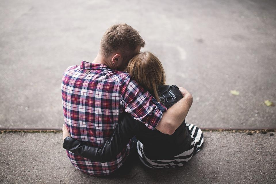 肩を抱き合う男女
