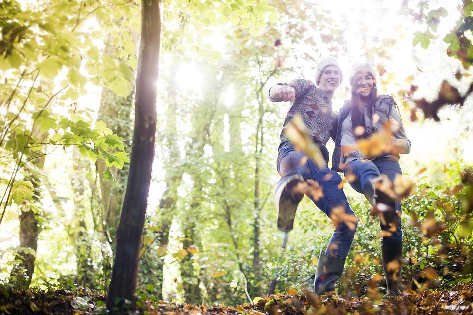 森で楽しむ男女