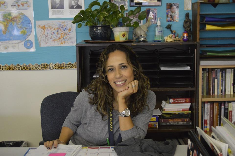 笑顔な女性の先生