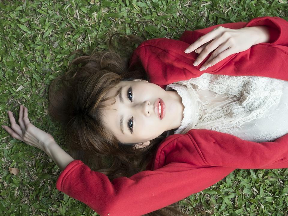 芝生に寝転ぶ女子大生