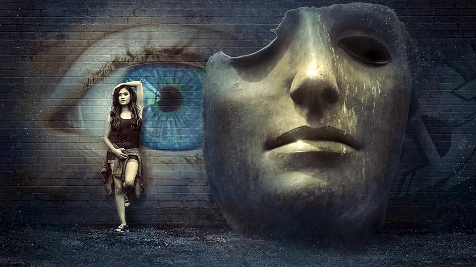 怪しい女性とマスク