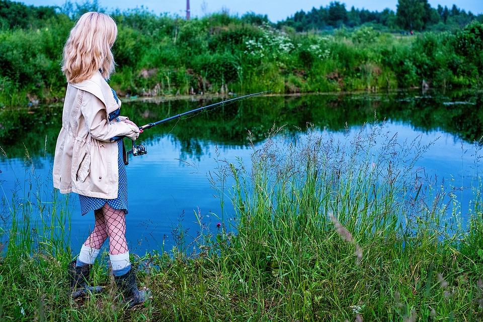 釣りする女性