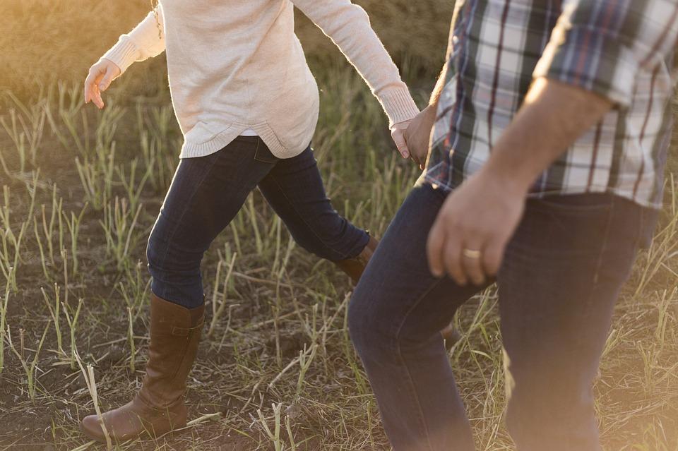 草原を歩く男女