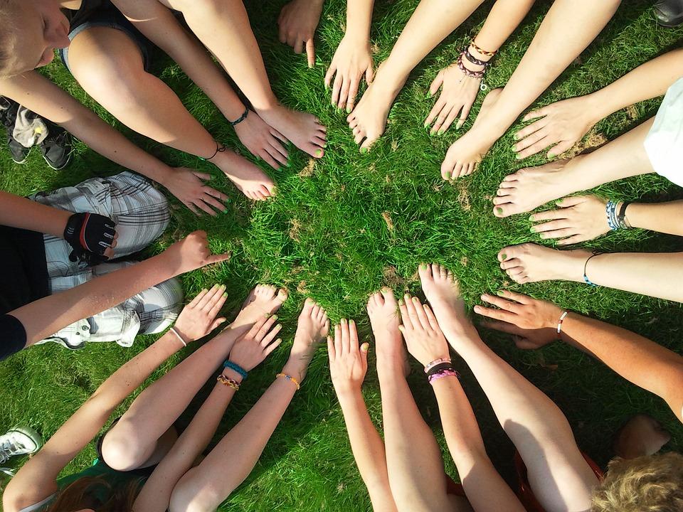 集団、足と手