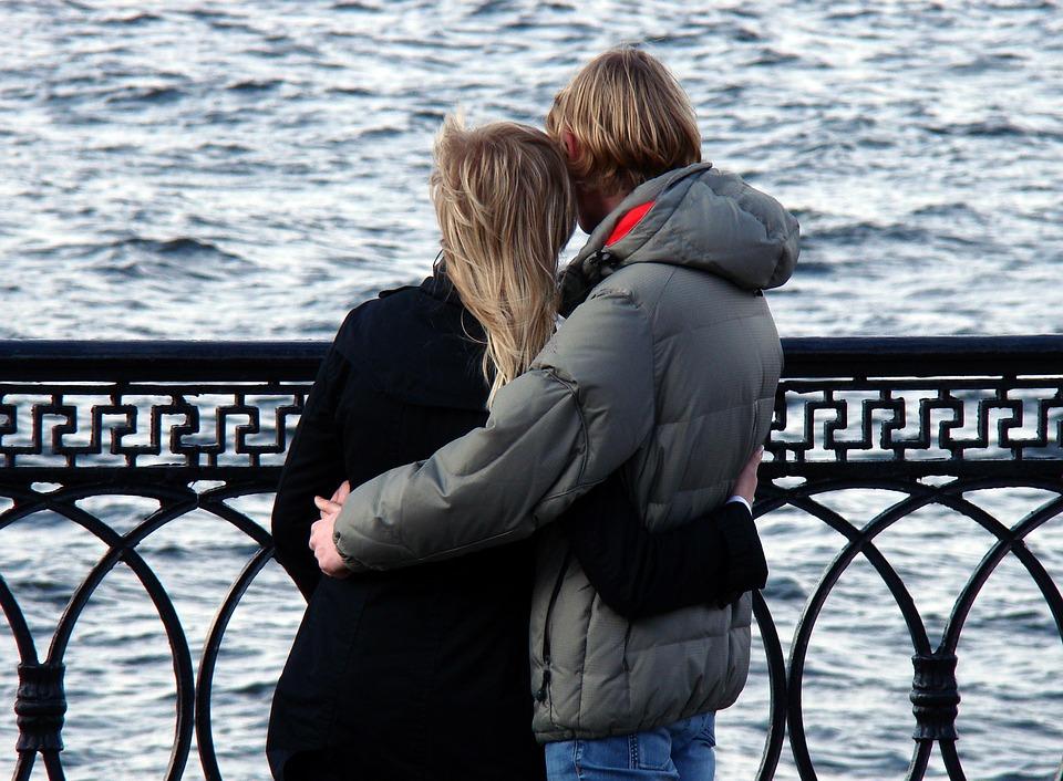 川辺で抱き合う男女