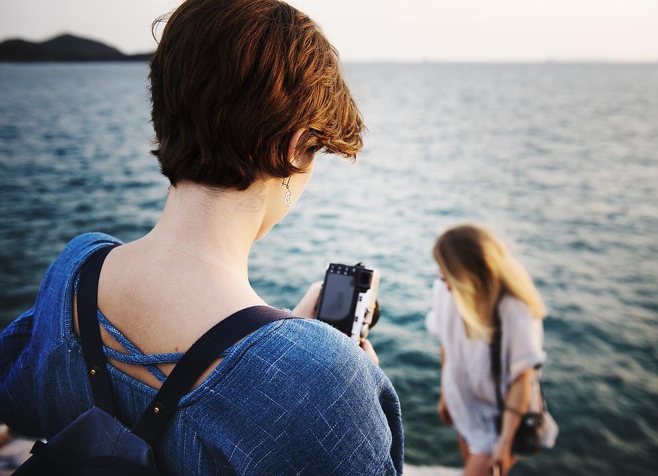 海で写真撮る女性たち