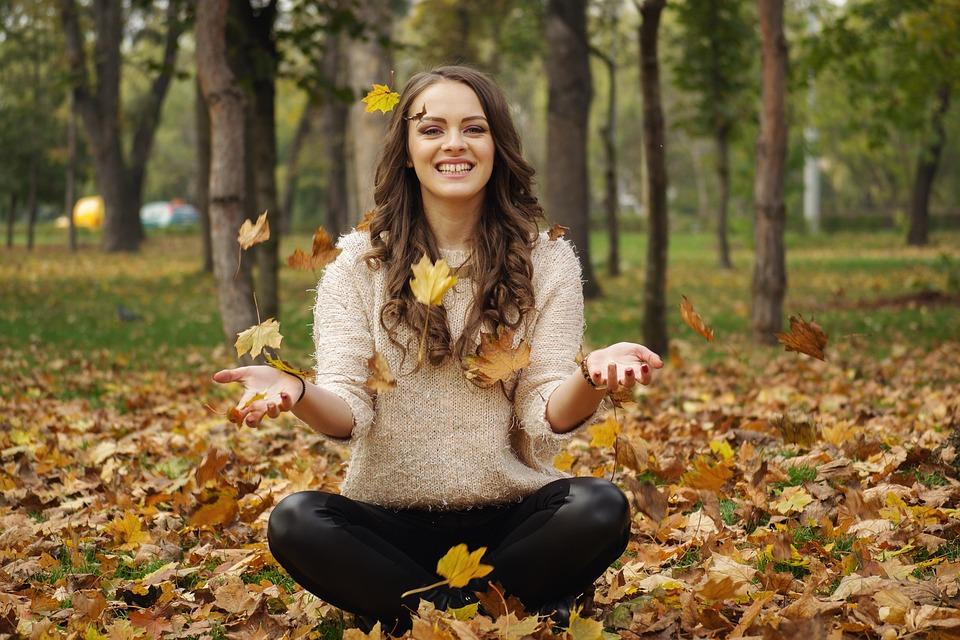森で笑う女性