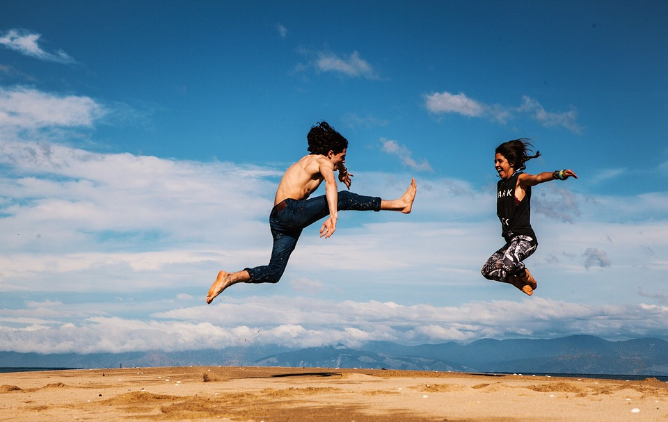 男女が楽しそうにジャンプ
