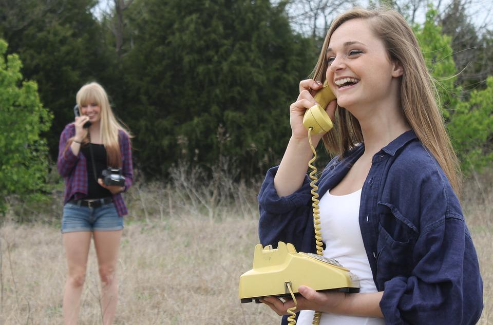 草原で電話する女性たち
