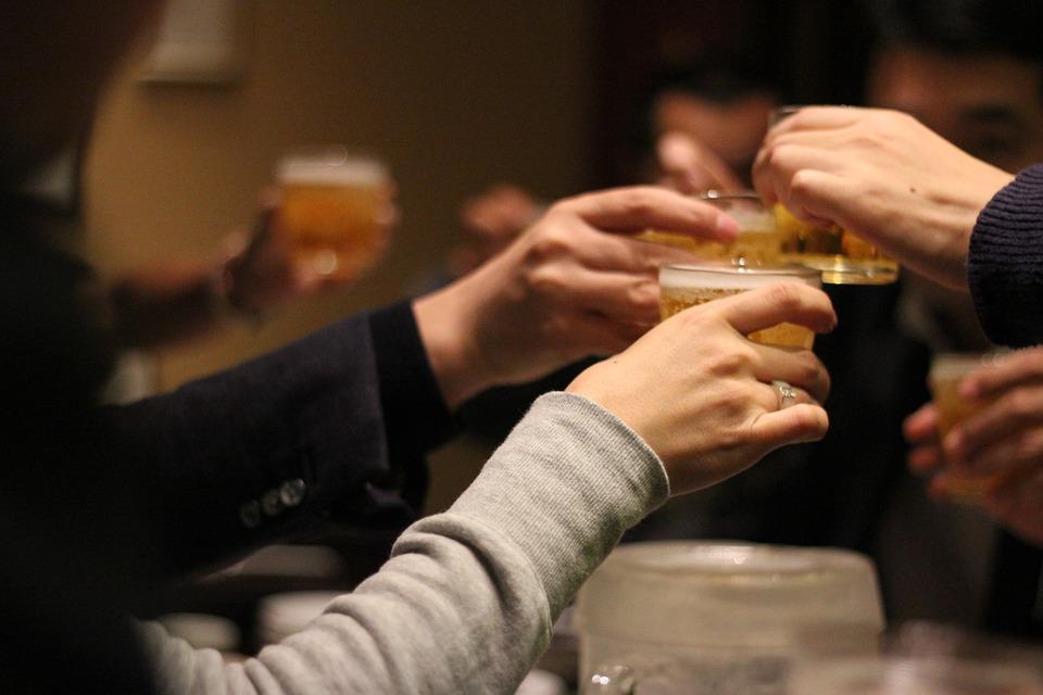 乾杯する男女の手