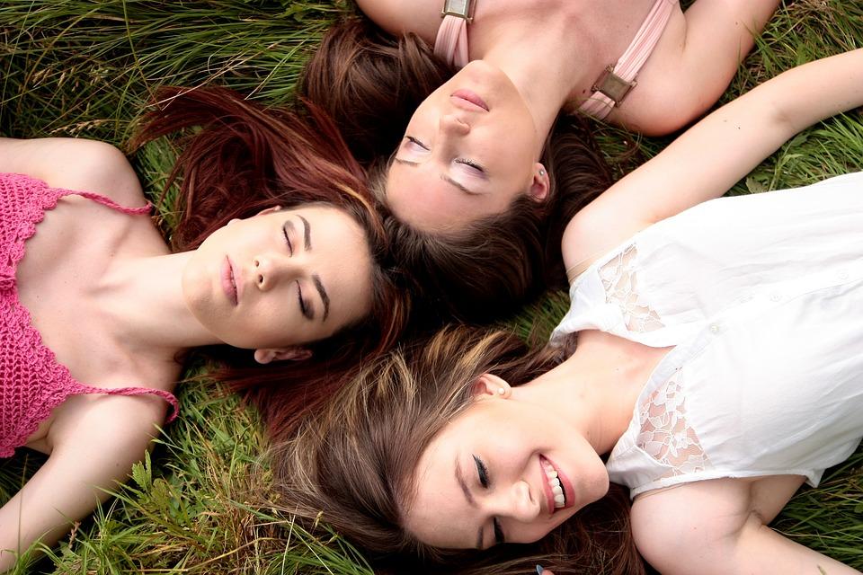3人の女性が寝そべる