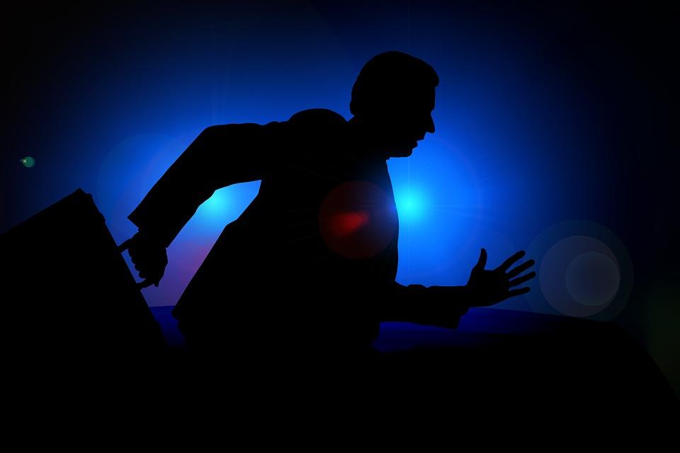 走る男性、暗闇