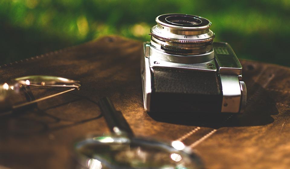 虫眼鏡とカメラ