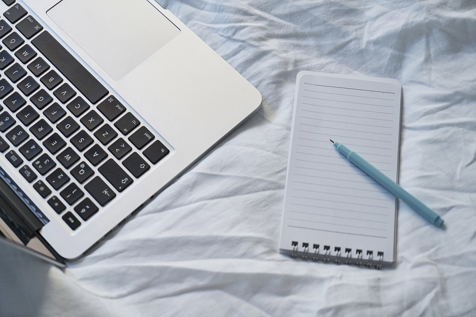 パソコンと紙でメモ
