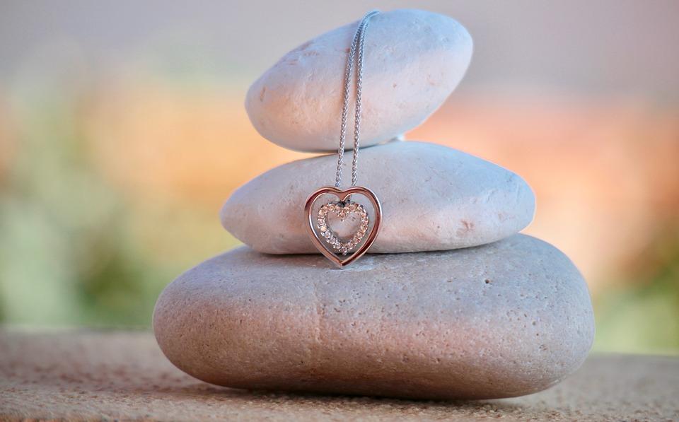 石とハートのネックレス