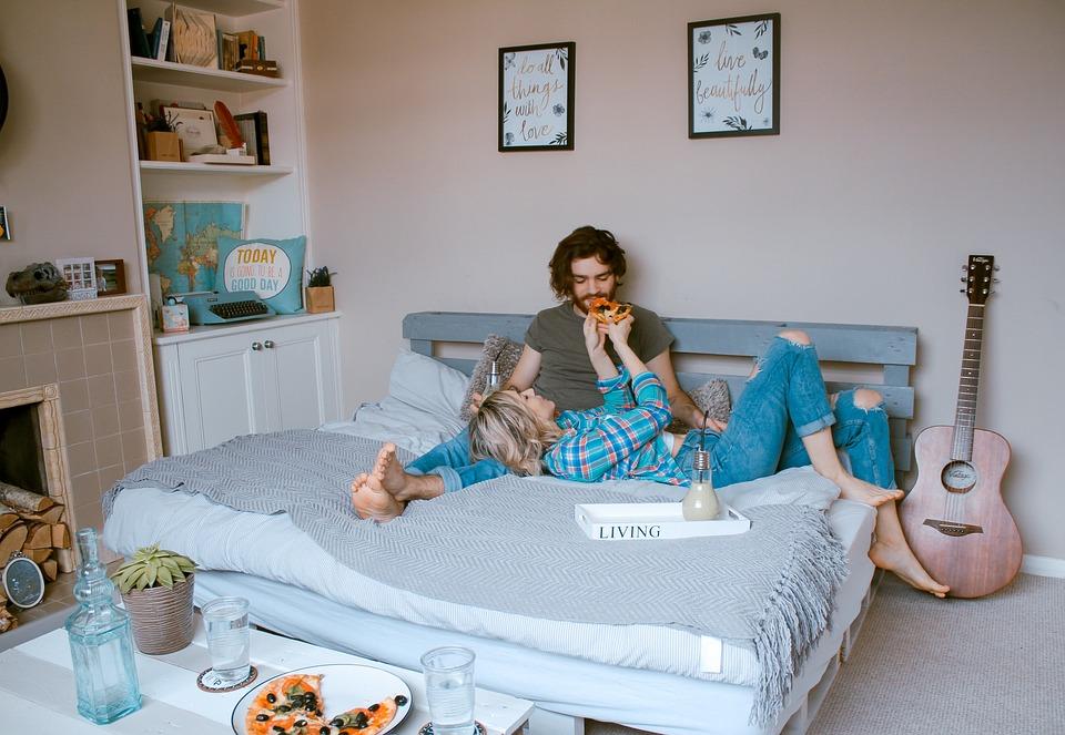 ベッドでいちゃつく男女