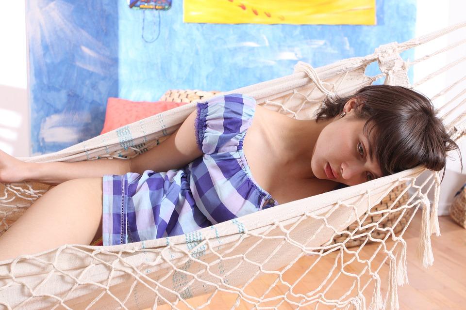 ハンモックで寝る女性