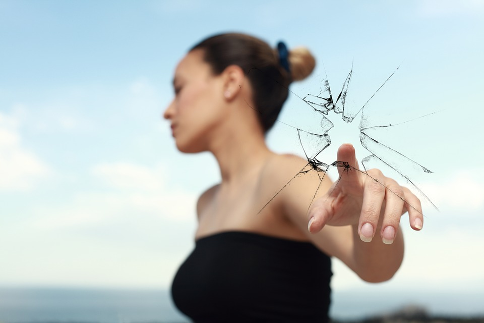 ガラスを割る女性