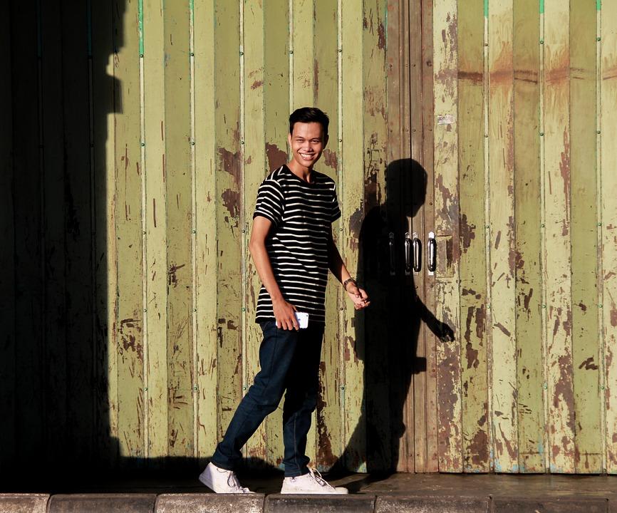 笑いながら歩く男性