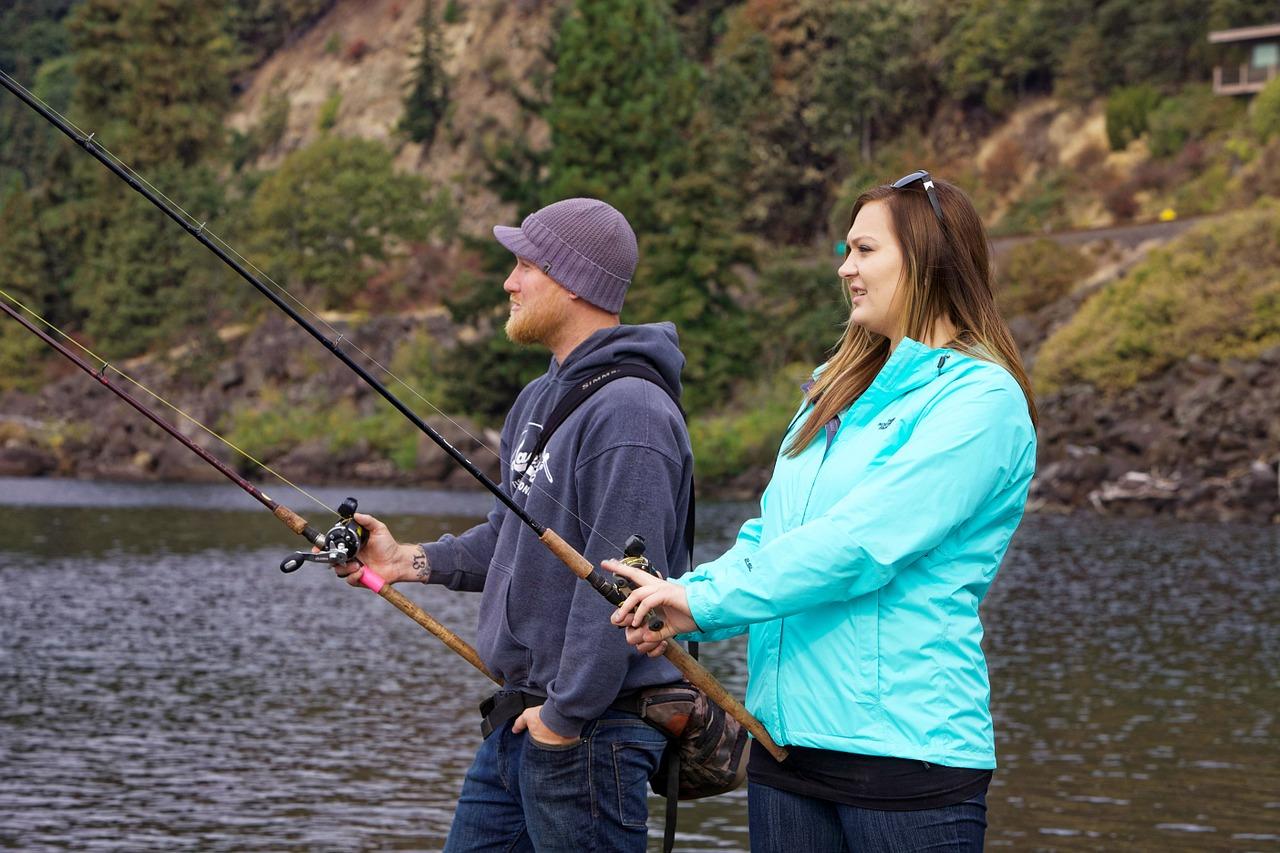 釣りを楽しむ男女