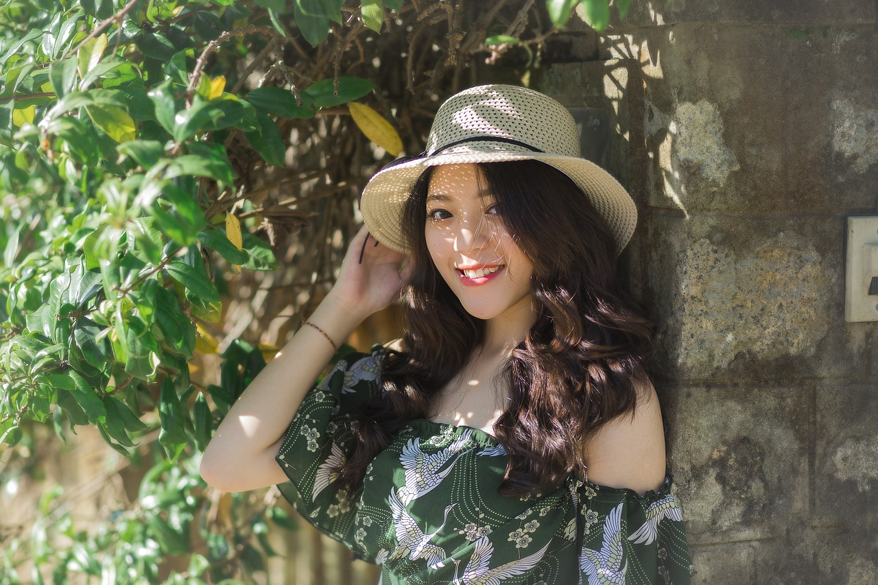 帽子をかぶる綺麗な女性