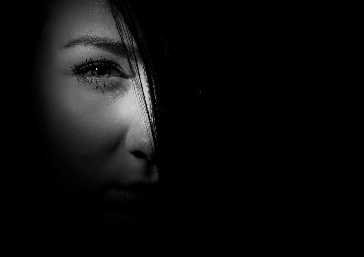 暗闇から見てくる女性